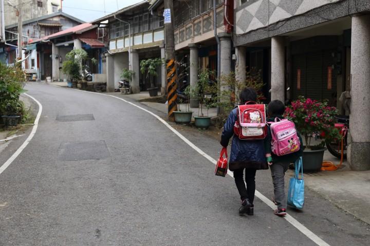 小雨帶妹妹上學